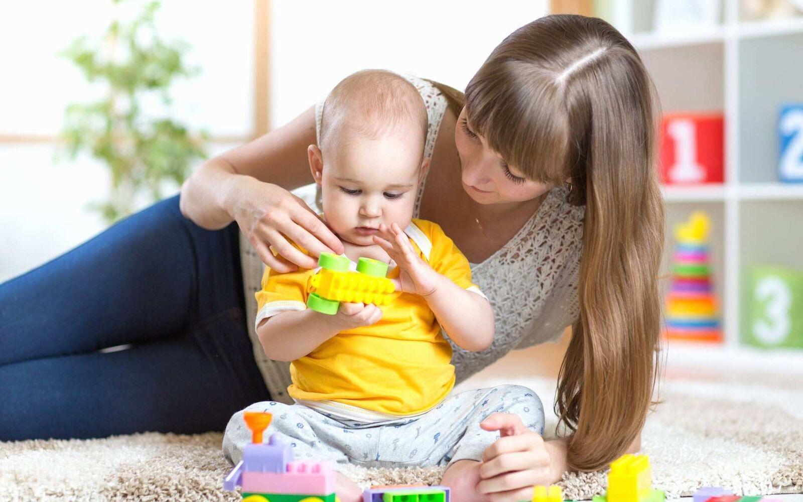 Quando Inizia A Gattonare Neonato sviluppo nei primi 12 mesi : consigli, metodi, primi giochi